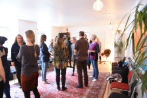 Kursister fra Informationsmøde om Familieopstilling prøver Opstilling i mindre grupper